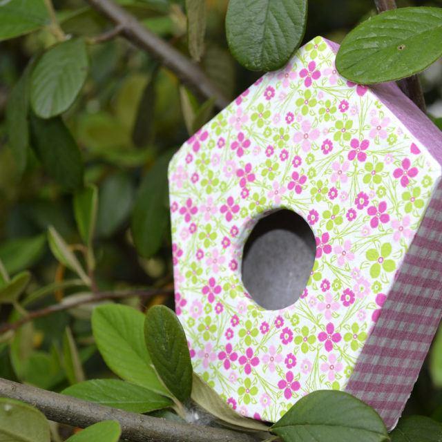 Nichoir oiseaux en carton rose et vert - Meuble en carton - Esprit Recup